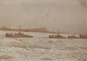 Ameide_boten over de Lek door het kruiend ijs a